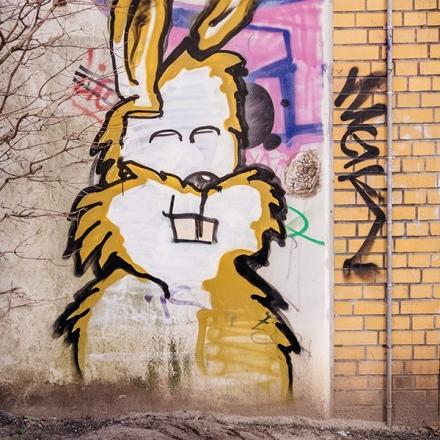 graffeurs-combats-le-racisme-avec-des-tags-001-lapin-jaune-mur-de-berlin.jpg