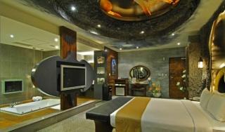 batman-love-hotel-3.jpg