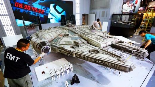 Hot-Toys-Millennium-Falcon-Full-Preview-2.jpg