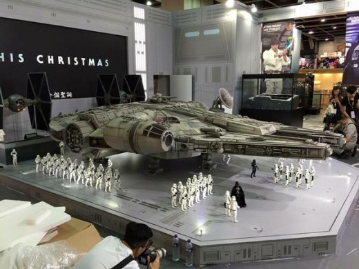 Hot-Toys-Millennium-Falcon-Full-Preview-4.jpg