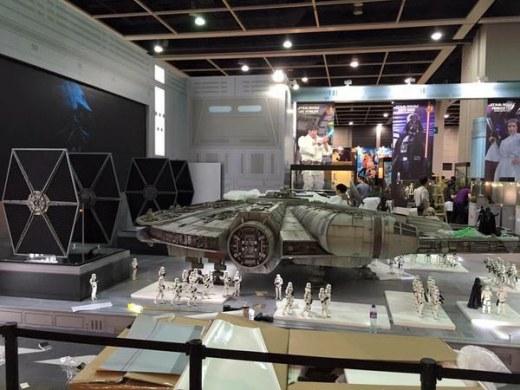 Hot-Toys-Millennium-Falcon-Full-Preview-6.jpg