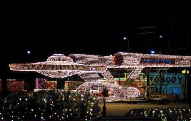 enterprise-in-xmas-lights.jpg - Amazing Star Trek U.S.S. Enterprise Christmas Light Setup