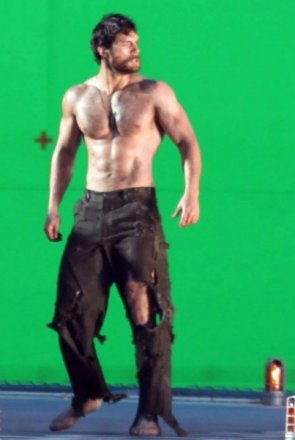 henry-cavill-man-of-steel-set-image-5-403x600.jpg