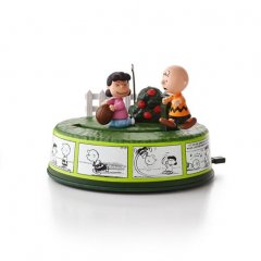 optimist-charlie-brown-keepsake-ornament-2995qxi2242_518_1.jpg