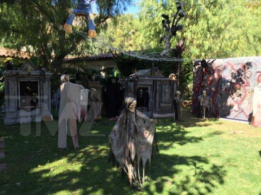 james-cameron-malibu-house-halloween-decorations-photos-01-480w.jpg