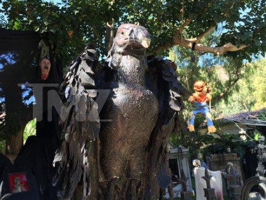 james-cameron-malibu-house-halloween-decorations-photos-05-480w.jpg