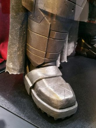 batman-v-superman-armor-image-comic-con-closeup-450x600.jpg