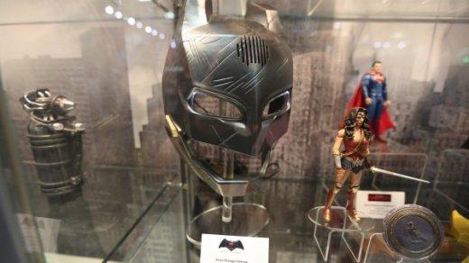 batman-vs-superman-voice-changer-helmet-1-600x338.jpg