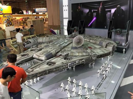 Hot-Toys-Millennium-Falcon-Full-Preview-3.jpg