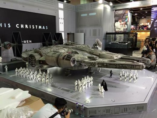 Hot-Toys-Millennium-Falcon-Full-Preview-4.jpg