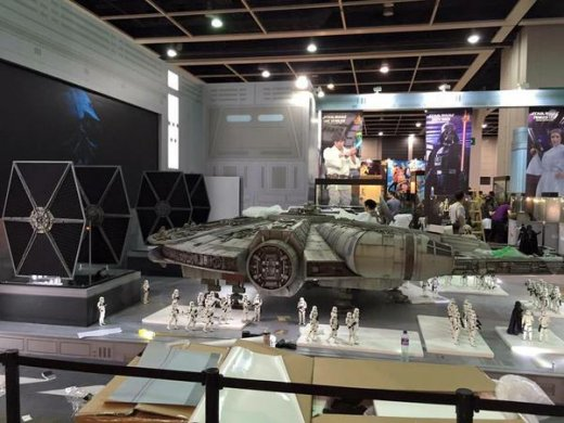 Hot-Toys-Millennium-Falcon-Full-Preview-6.jpg