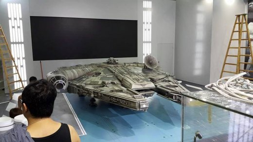 Hot-Toys-Millennium-Falcon-Full-Preview.jpg