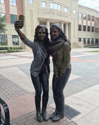 texas-selfie-statue.jpg