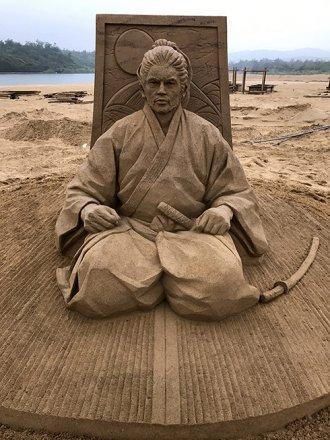 toshihiko-hosaka-sand-sculpture-1.jpg
